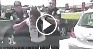 Policías de Estados Unidos detienen brutalmente a una maestra de raza negra