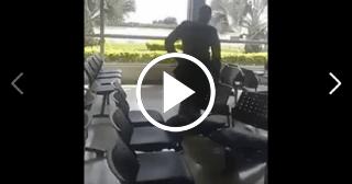 Cubana se aferra a una silla para evitar ser deportada de Colombia hacia Ecuador